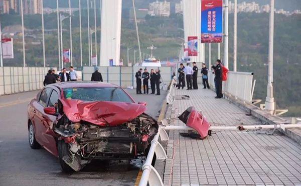 重庆坠江公交车事故现场
