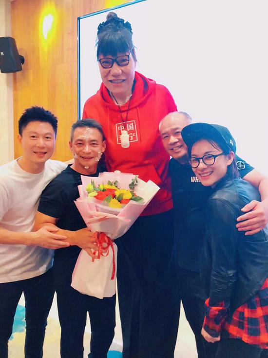 体操众星给李小双庆生 刘璇:跟家人一起很放松