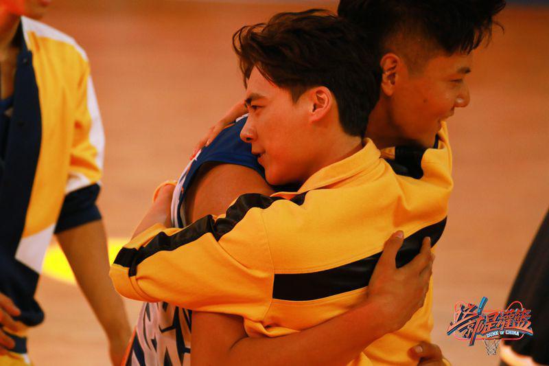 灌篮半决赛李易峰坐立难安,拥抱郭艾伦疑似哭红了眼