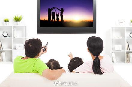 轻松一刻语音版:你有多久没陪父母在家看电视了?