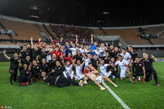 终场一刻上港球员激动庆祝如夺冠 全队合影留念