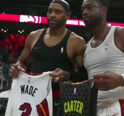 【影片】淚目!Wade和Carter 賽後互換球衣並深情擁抱  傳奇老將這季都將告別?-籃球圈