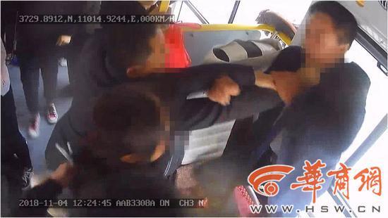 一家三口要求从前门下车被拒绝 竟围殴公交司机