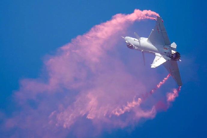 歼-10B展示超机动动作