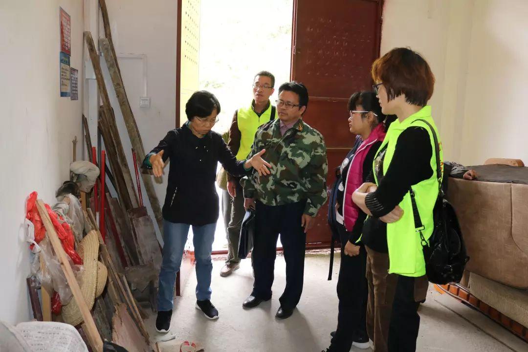 金城江区政协主席农志清到六圩镇龙谷村调研
