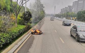南昌一电动车电瓶处冒烟 行驶途中突然起火