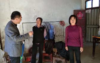 孝南区杨店镇扶贫干部宣传政策 助力脱贫