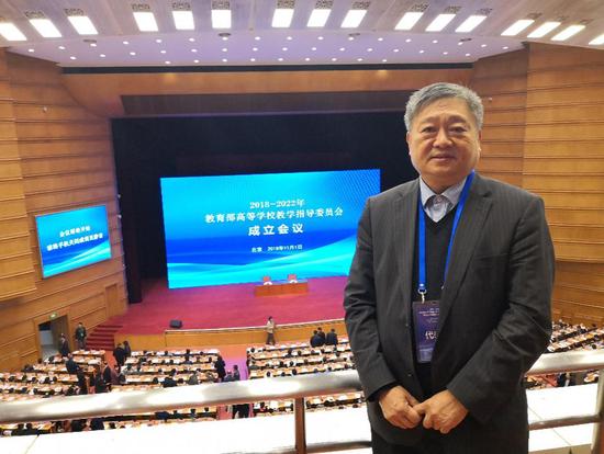 王庭槐校长当选2018-2022教育部高等学校教学指导委员会委员在会议现场留影
