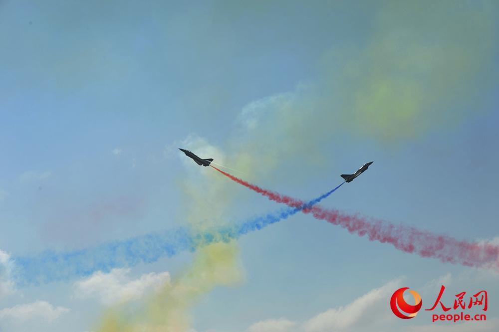 第十二届中国航展开幕 歼-20、歼10B矢量发动机验证机进行飞行表演