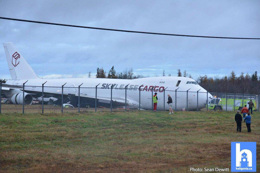 波音747货机降落时冲出跑道 机身断裂