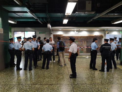 香港一港铁站发生开枪事件 一名持刀男子被制服