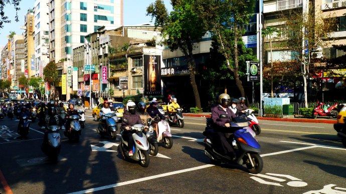 骑电动车逆行 罚你将交通违法行为发朋友圈