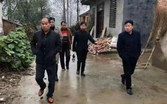 新蔡县顿岗乡人居环境整治雨中不停步助力脱贫攻坚