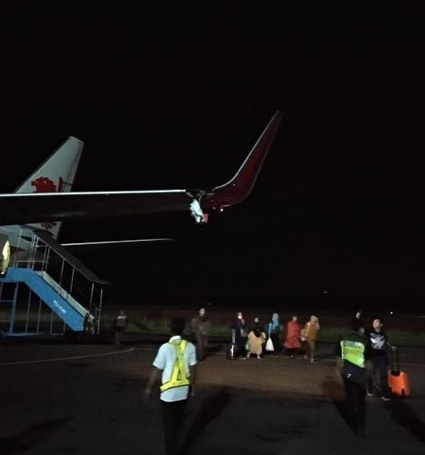 狮航再出事 飞机滑行时撞上灯柱致左翼撕裂