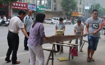 秀峰城管突击整治占道经营早点摊 还市民有序城市环境