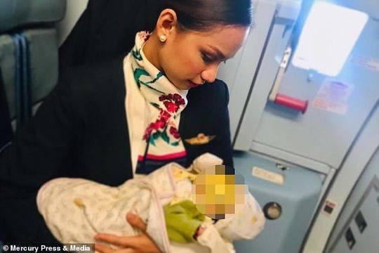飞机上婴儿因饥饿哭闹不停 空姐一个举动圈粉无数