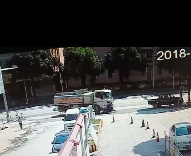 大型油罐车撞翻摩托车后前推数米 车主死里逃生