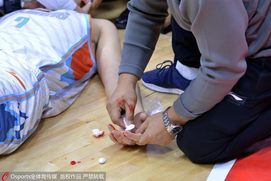 GIF-俞长栋遭肘击眉骨被打开 当场飙血裹绷带退场