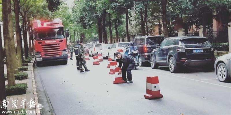 """道路水泥墩成""""拦路虎"""" 小区失火消防车无法通行"""