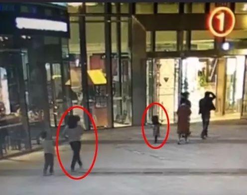 女孩商场门口被石块砸中 监控却令人大跌眼镜...