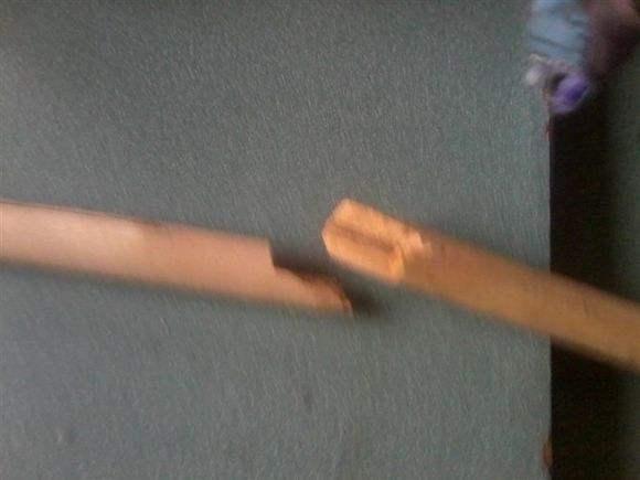 —学生迟到2分钟遭老师殴打 四把扫把都打断了!