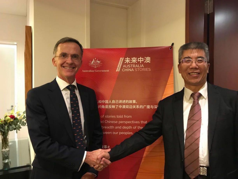 金吉列留学朱燕民(右一)与澳大利亚驻华大使馆公使董正德合影