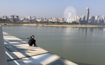 男子欲在南昌朝阳大桥轻生被救下(图)