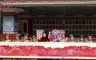 仫佬族女艺人创作8米剪纸长卷《歌仙刘三姐》