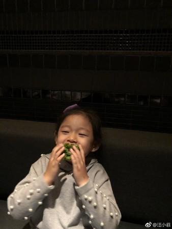 汪小菲晒4岁女儿小�h儿近照 五官神似妈妈大S