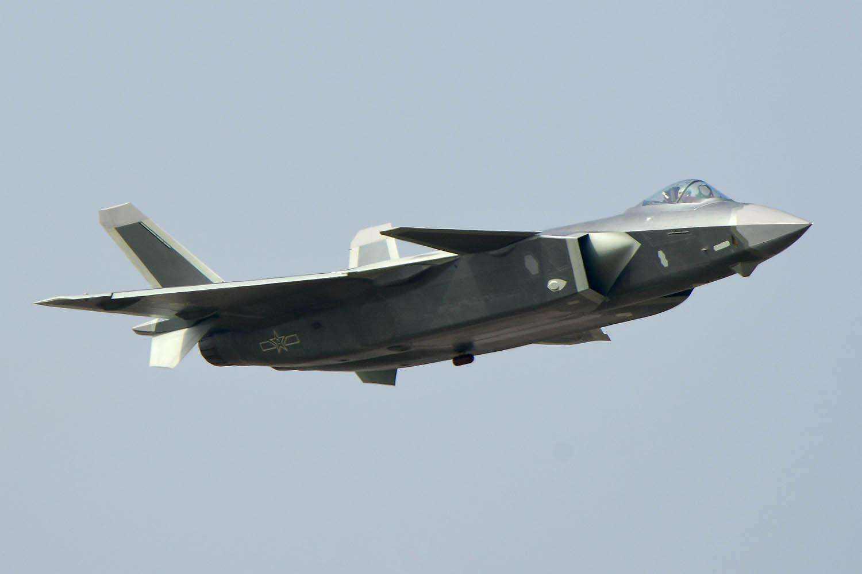 歼20展现疑似绕矢量轴滚转 机头指向能力超强!