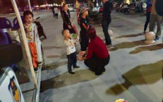 """女子带孩子散步发现身边多了一个""""娃""""……"""