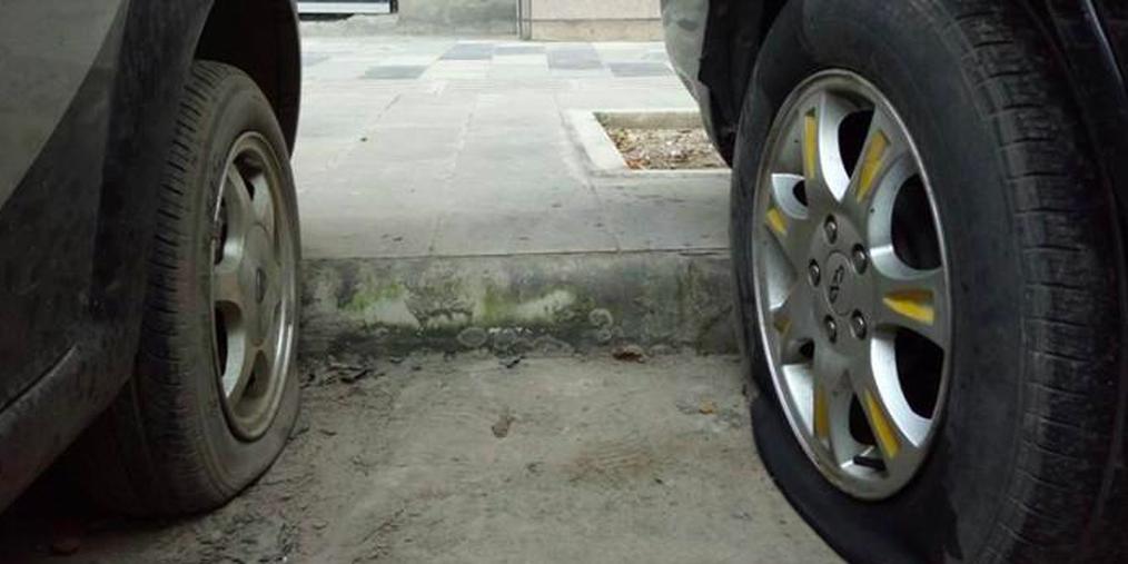 资阳一小区外近百辆车被扎胎,开发商否认与车位只卖不租有关