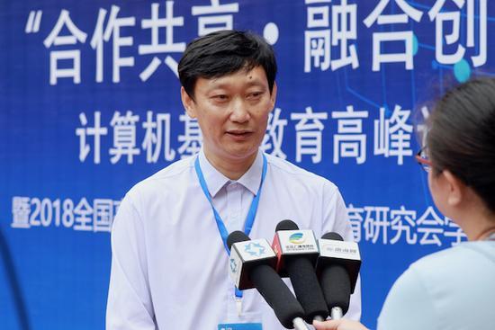 信息与智能工程学院院长刘开南接受媒体采访