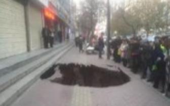 人行道突然塌陷,路过女子瞬间落入深坑……
