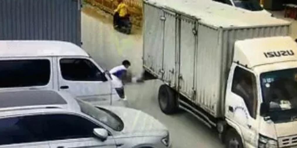 深圳2岁孩童摔倒在地 下一秒货车经过将其碾压身亡