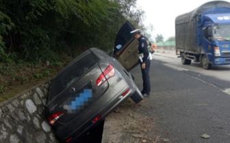轿车在汕昆高速失控翻入水沟 只因碾压这个东西