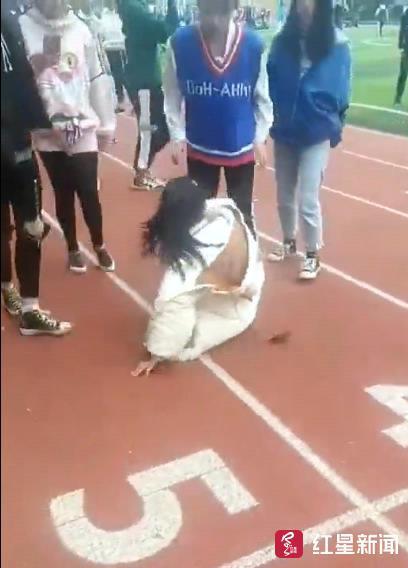 中学女生在操场被多名女生殴打 校方:不存在霸凌