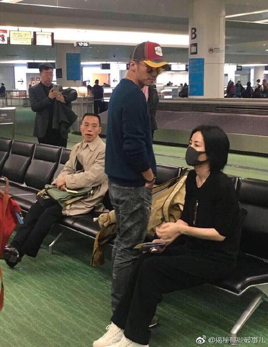 网友偶遇王菲谢霆锋 王菲静坐谢霆锋站立在侧