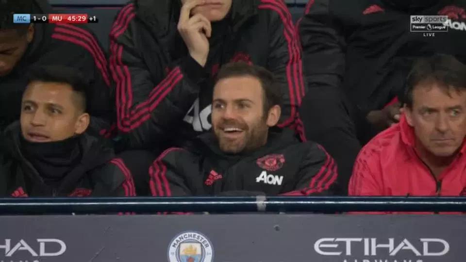 曼联遭虐时 2大将在替补席上说笑!球迷彻底炸了