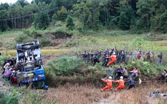 环江一中巴侧翻致4人被困 众人合力救援