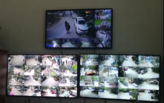 """内江资中城区内52个小区大门挂""""三色""""牌提示小区治安好坏"""