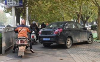 轿车违停堵路被踹了 市民:交警快来拖车