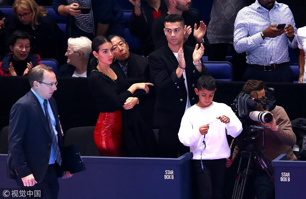 C罗伦敦观战小德 网球飞身边…然后 尴尬揉揉儿子头