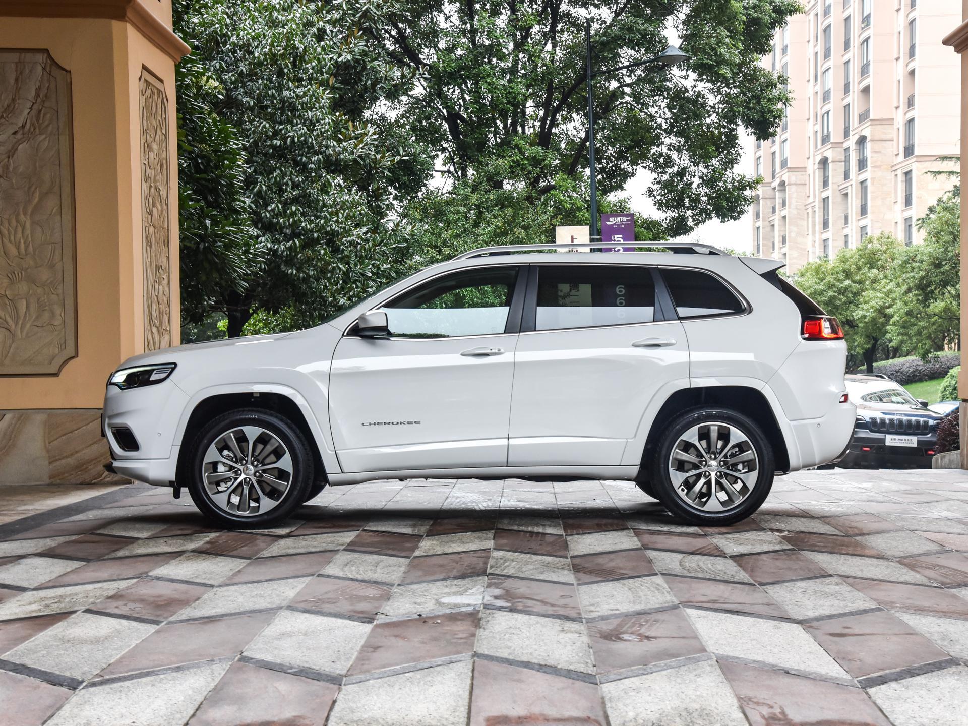 2.0T取代2.4L 新款Jeep自由光实车亮相