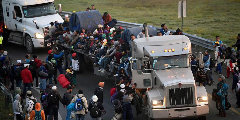 """中美洲移民乘""""大篷车""""前往美国"""
