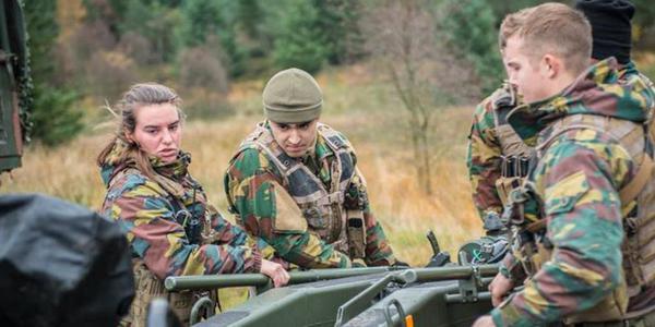 比利时陆军炮兵实弹射击 女兵醒目