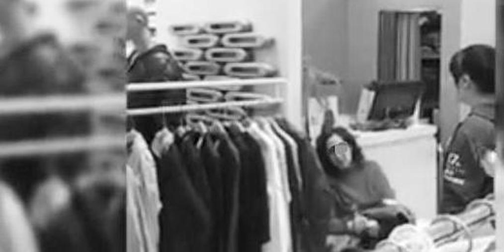 商场偷衣服被抓 老太三次下跪求原谅