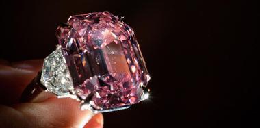 近19克拉粉钻拍出3亿多元天价