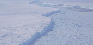 NASA发现大型冰山崩解 正持续观察