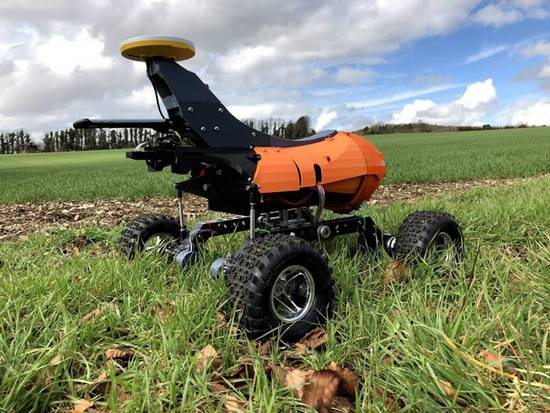 科研人员研发种地机器人:能种地能喷药还能除草